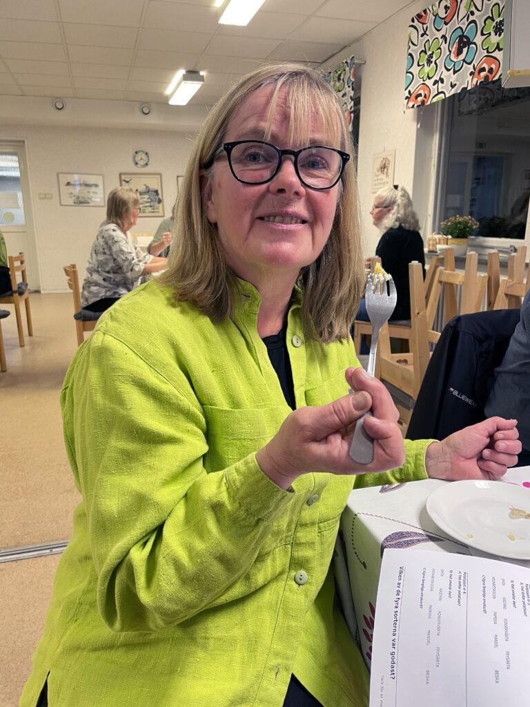 Lise-Lotte Björkman, trädgårdsrådgivare på Riksförbundet Svensk Trädgård, ledde potatisprovningen hos Karlstads Trädgårdssällskap.