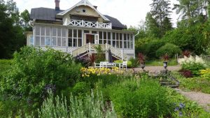 trädgårdsbesök med huset