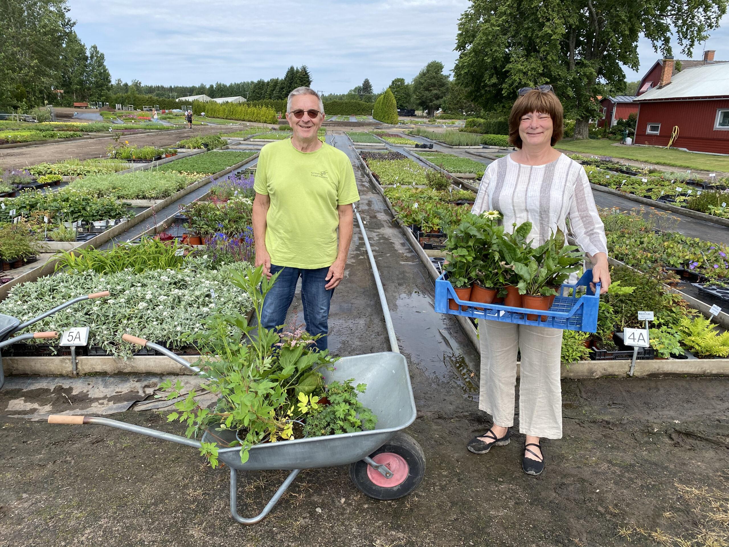Bild på glada plantköpare på Rolands plantskola